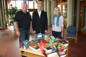 v.l.n.r.: Bürgermeister Joachim Krüger, Michael Grandt, die Leiterin der Bücherei A. Göhl